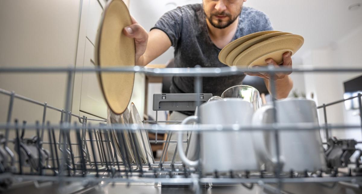 Špinavý riad do umývačky riadu